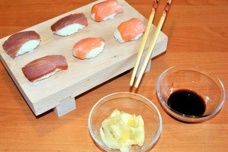 Nigiri Sushi To Chyba Najlatwiejszy Do Przygotowania Rodzaj Sushi Wystarczy Ryz Do Sushi Tunczyk Oraz Losos Food Nigiri Sushi Sushi