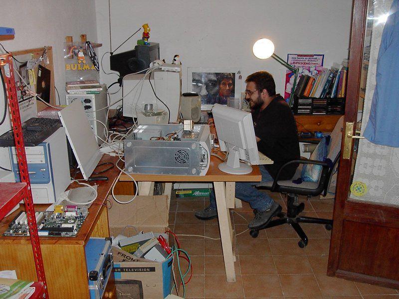 En mi habitación, en el año 2004  Original: http://www.flickr.com/photos/sukiweb/73644948/