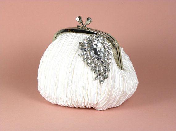 11f33edc3 Clutch para novia estilo vintage elaborado en satín blanco plisado con  detalles de pedrería de White Aisle Boutique. Foto vía Etsy.com
