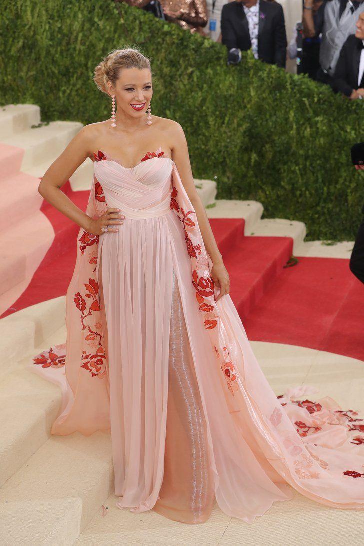 Mai 2016 in einem Kleid von Burberry bei der Met Gala