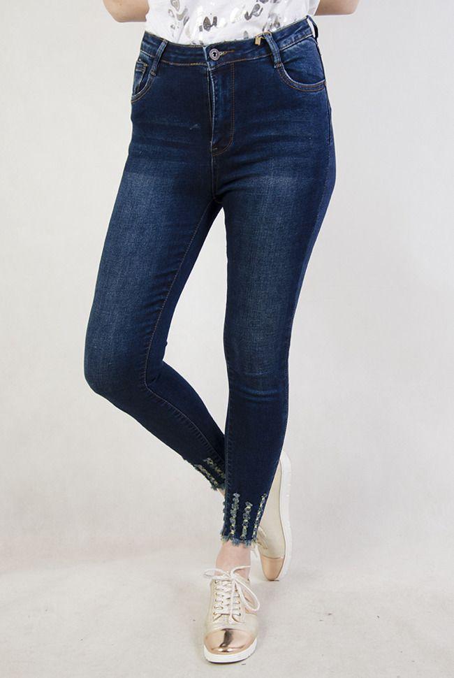 b2346f6cc0f2b6 Ciemne spodnie jeansowe z wysokim stanem oraz szarpaniami przy nogawce