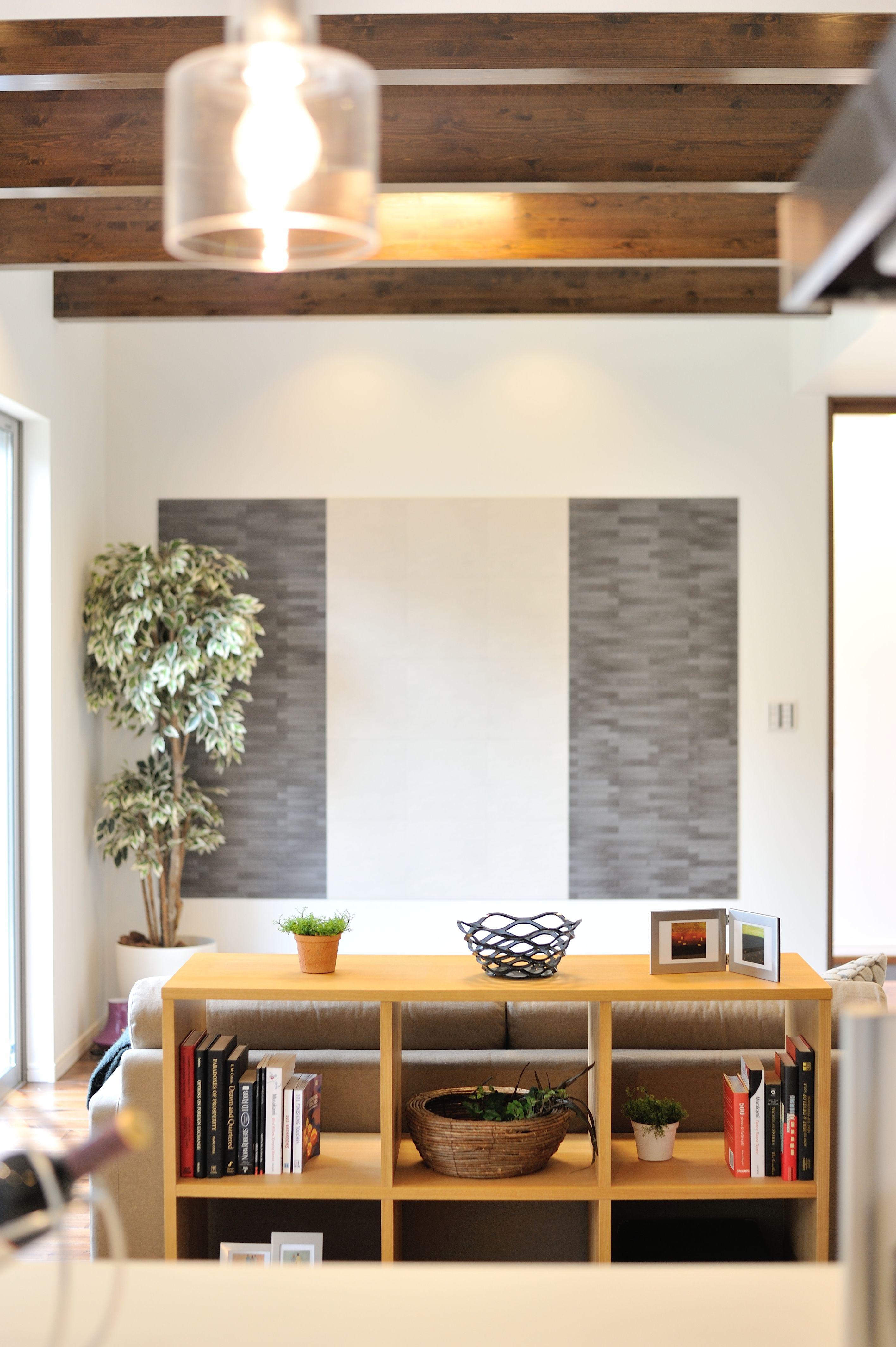 リビング 壁に貼った2色のエコカラットは 室内の湿気やニオイを吸っ