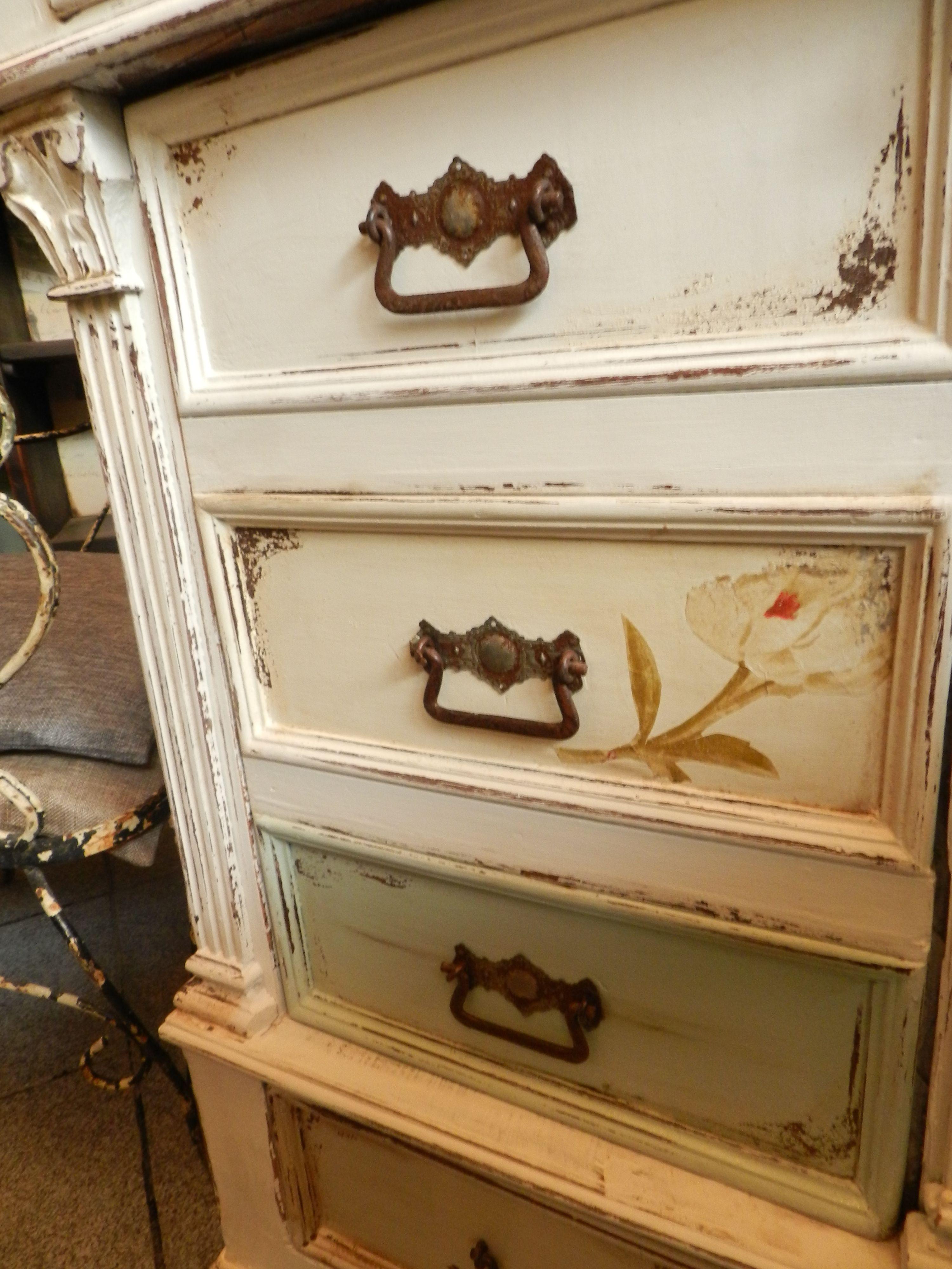 Mueble antiguo decapado con detalles de flores muebles - Muebles reciclados vintage ...