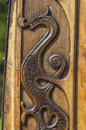 Tallado en madera de un drag n en un barco vikingo Foto de archivo