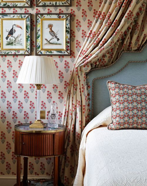 thefoodogatemyhomework:Classic English country style elegance on display in this cozy yet elegant red and blue guest bedroom in a Cornwall ...