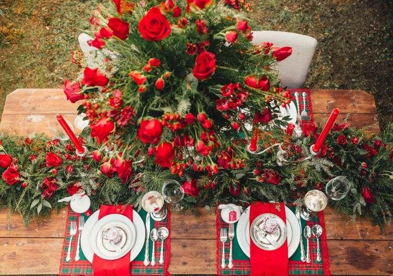 Tischdeko zu Weihnachten mit Rosen und Tannenzweigen