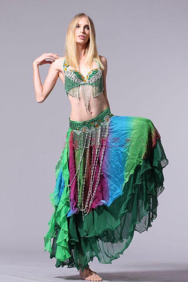 6a7682104 Esta mujer no tiene postura de danza oriental...pero las faldas son ...