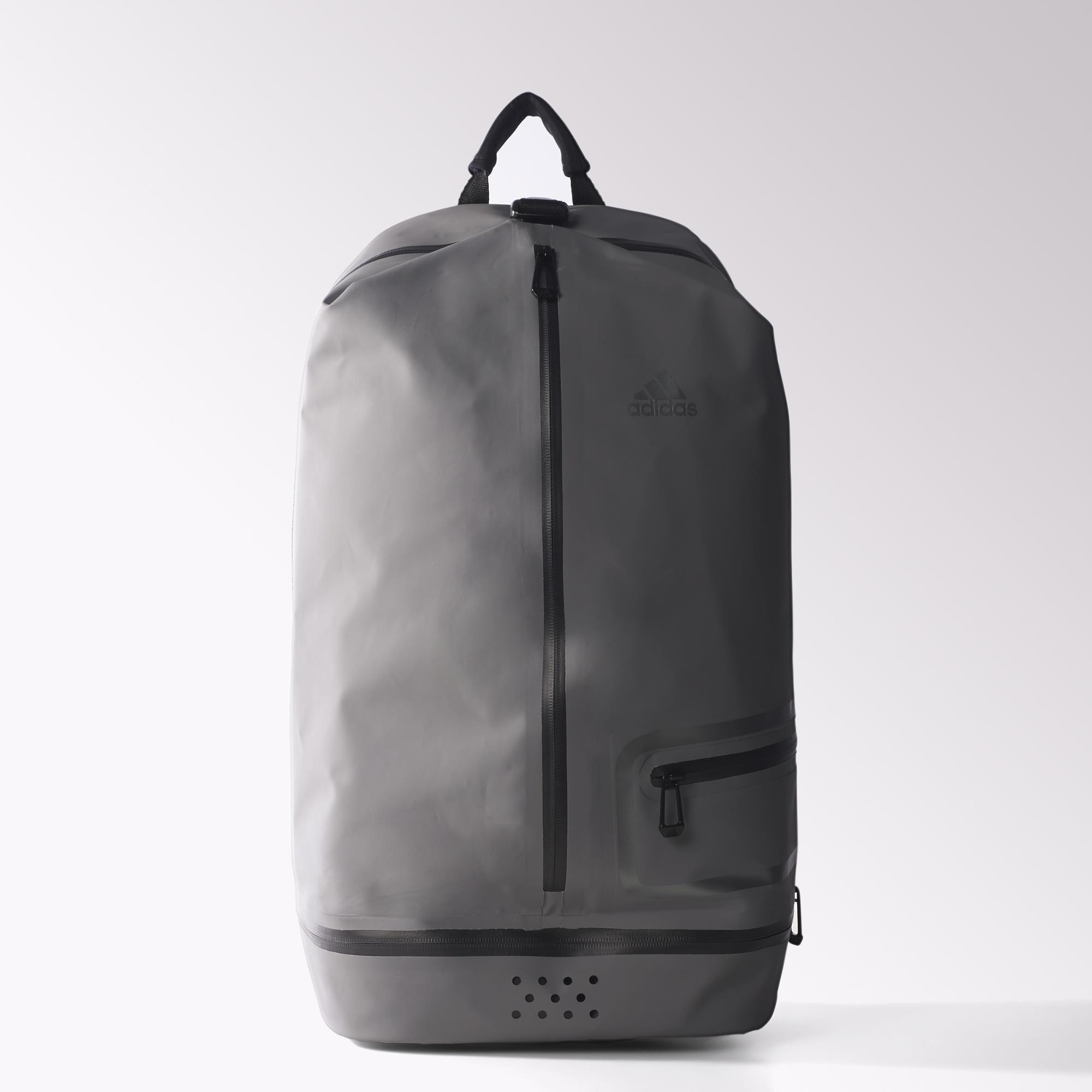 mit vielen f chern und einem modernen design macht sich dieser mittelgro e rucksack auch auf der. Black Bedroom Furniture Sets. Home Design Ideas