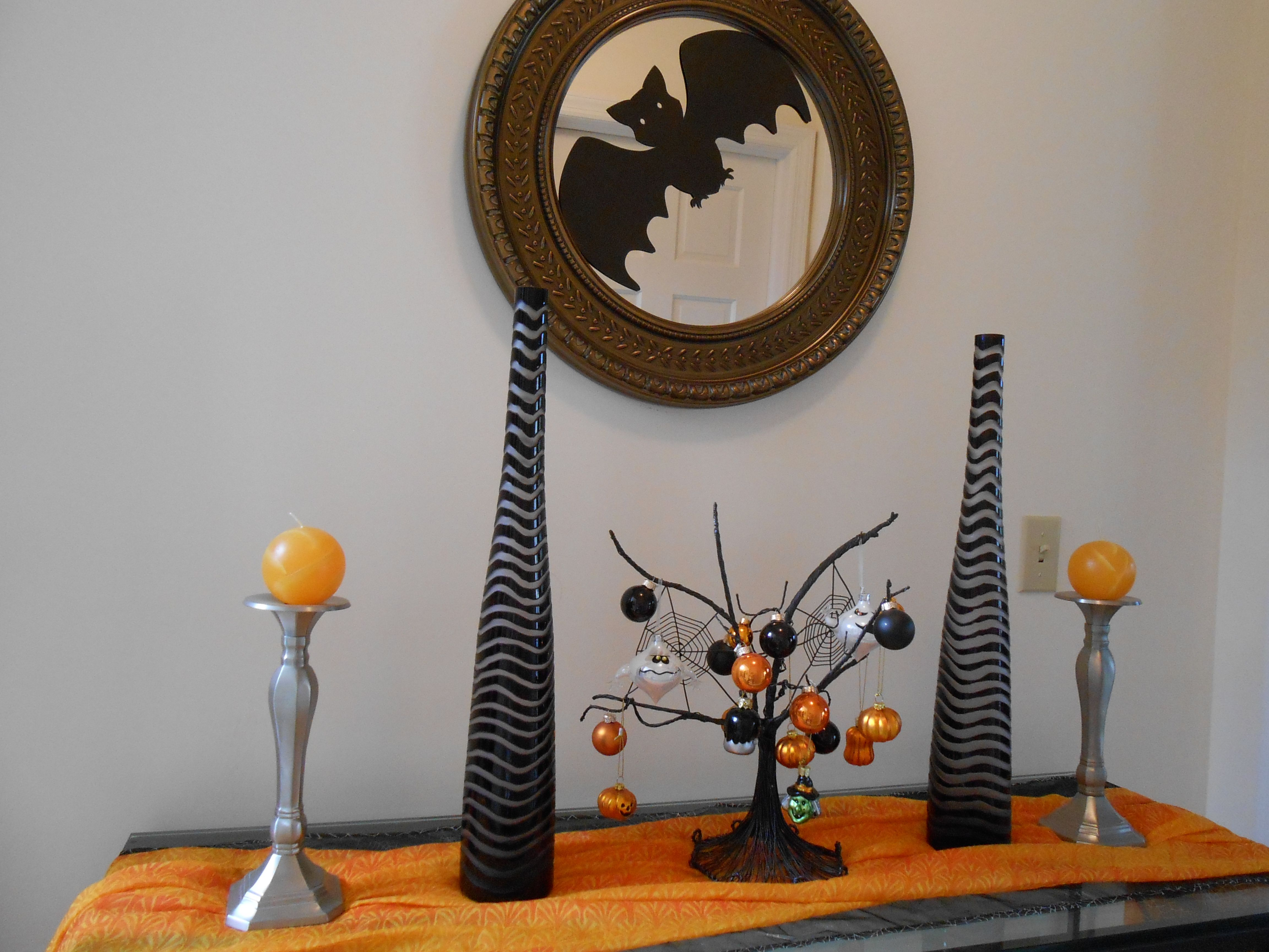 Halloween table and wall decorations with mini Halloween