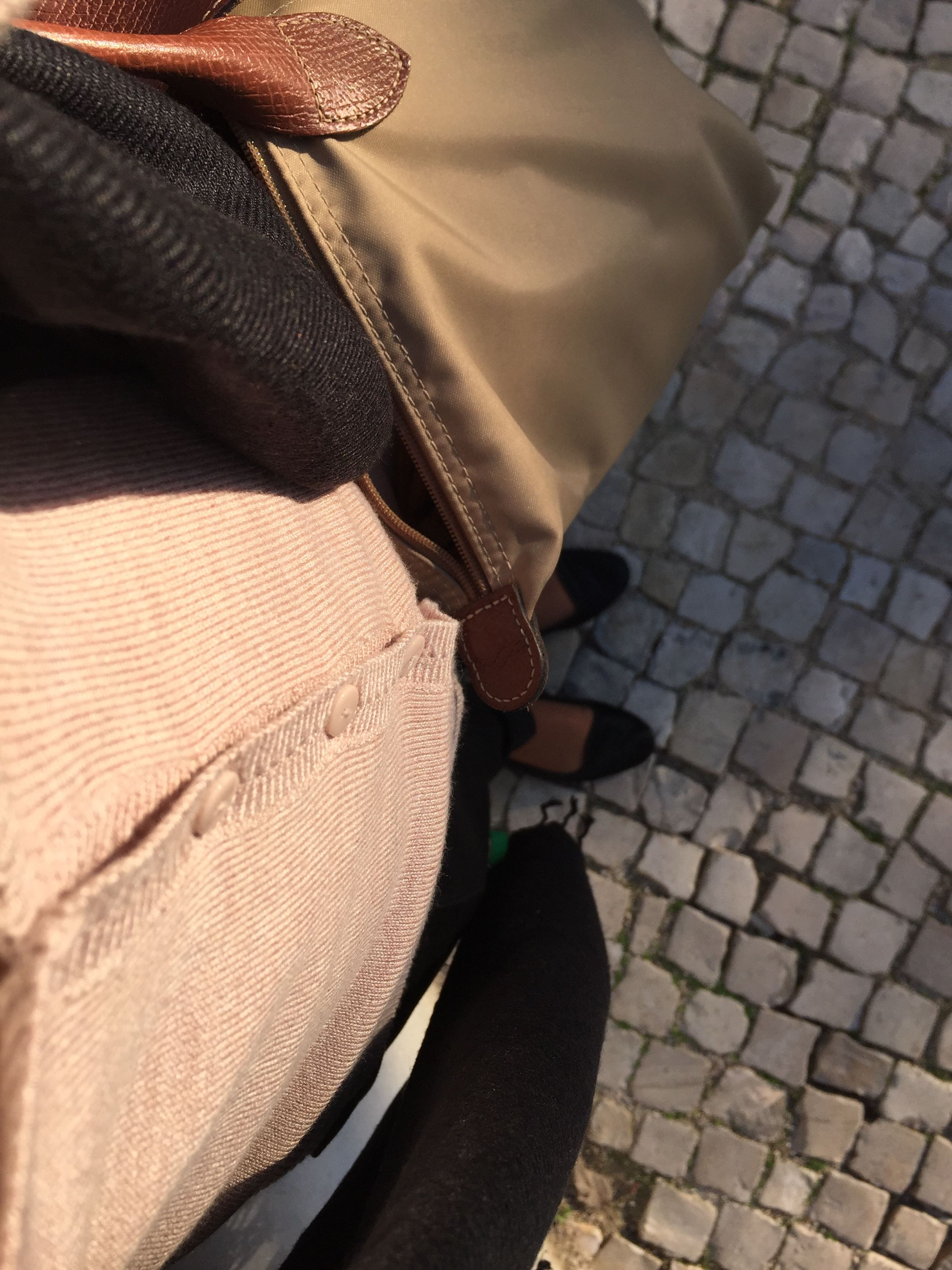 A minha inspiração para hoje foi o casacocor de rosa bebé, misturei-o com umas calças pretas e uma camisola branca (que não se vê na foto), não tenho casacão nem gabardine e por isso trago comigo um lenço preto. Nos pés os meus slippers de pêlo