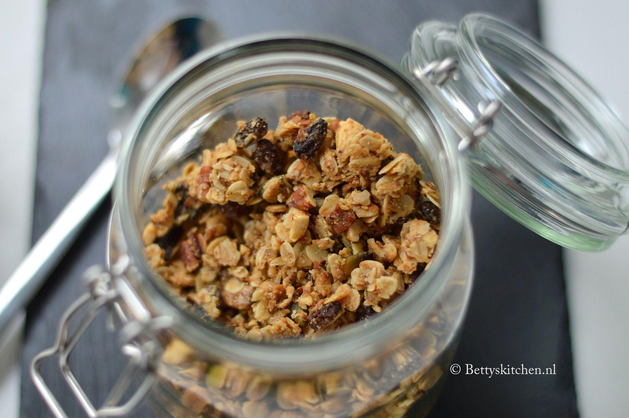 Voor wie geen genoegen kan krijgen van pindakaas: Ontbijt eens met homemade granola met pindakaas door de yoghurt of kwark. Of knabbel uit het vuistje...