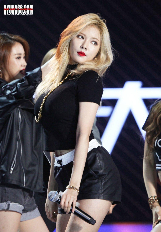 Black Plain Tee with Chain Gold Fashion of Kim Hyuna