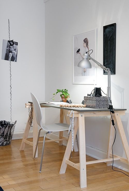 Mesa com tampo cinza e cavaletes em madeira natural com - Ikea piso 50 metros ...