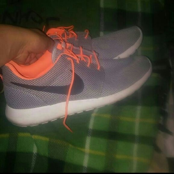 Nike roshes In good conditions Great nike roshe shoes These shoes we re only wirn like 4-5times These are mens size 12 Nike Shoes Athletic Shoes