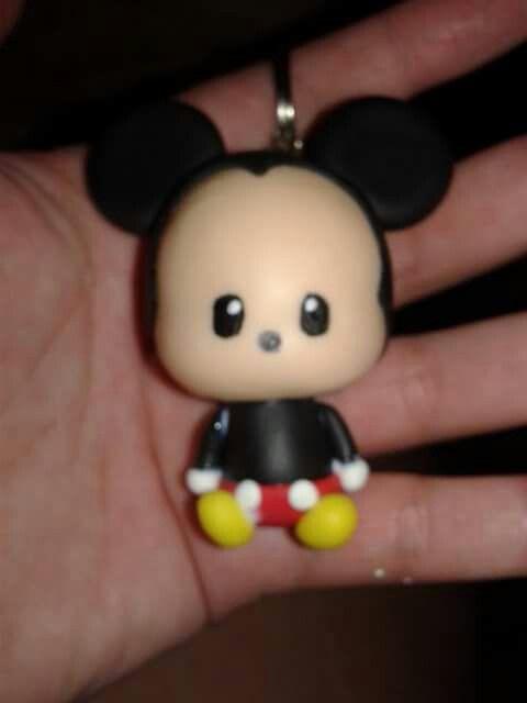 Llavero de mickey mouse chibi bebe en porcelana fria
