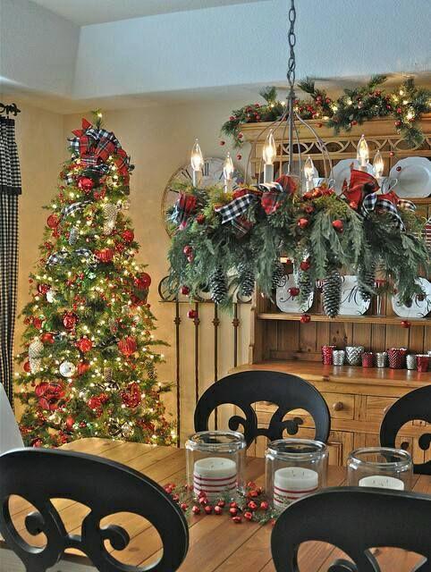 Ideas Para Decorar Lamparas De Techo En Navidad Dale Detalles Lamparas De Techo Decoracion Escaleras Navidad Lamparas Navidad