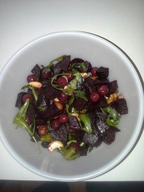 Timjamilla, öljyllä ja mustapippurilla maustettuja punajuuria sekä viinirypäleitä, pähkinöitä ja rucolaa - herkullinen lounassalaatti