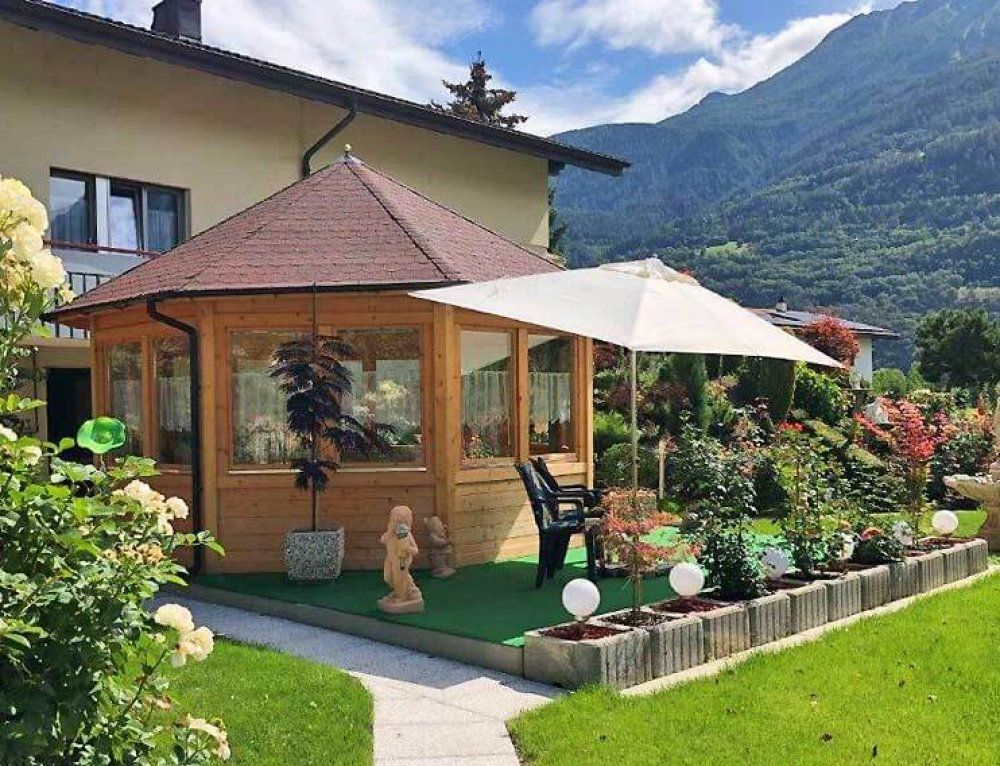 Gartenpavillon Baltum Aufbau in wunderschöner Alpen
