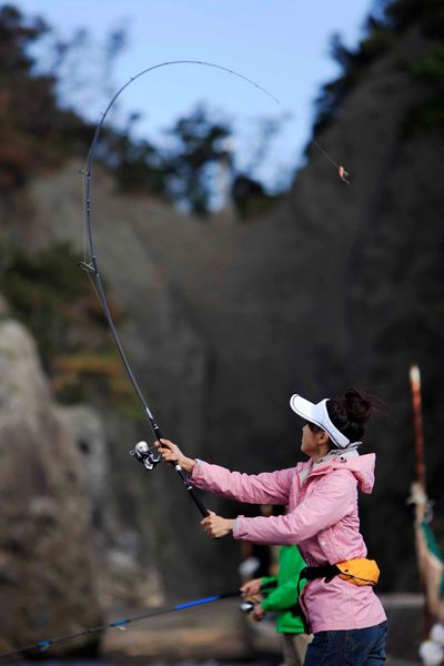 Honda | Honda釣り倶楽部 | Honda流 釣りの遊び方 | つり女子活動記 | 【My Diary ♯6】ちょっとシックな秋の伊豆で堤防五目釣りに挑戦! の巻 | ウワサのカゴ釣りに初挑戦