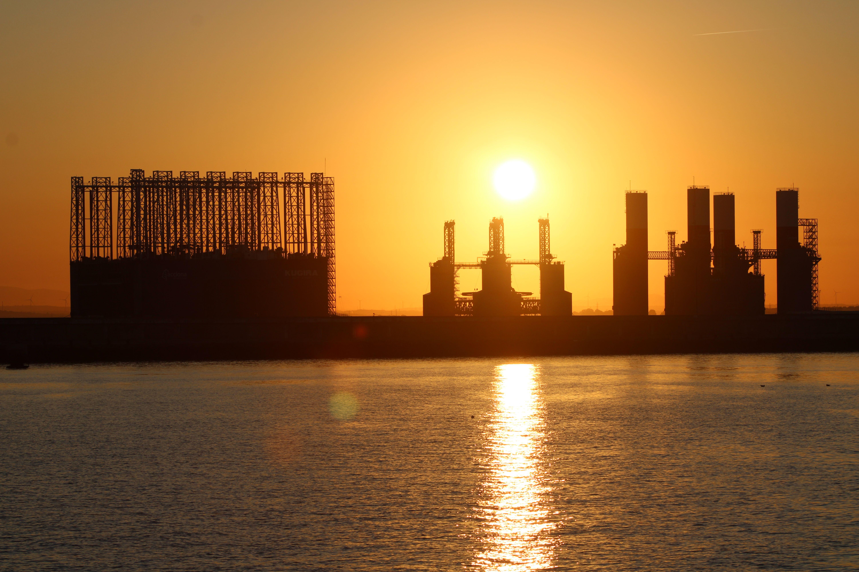 amanecer en la entrada del puerto de Cádiz desde el catamarán