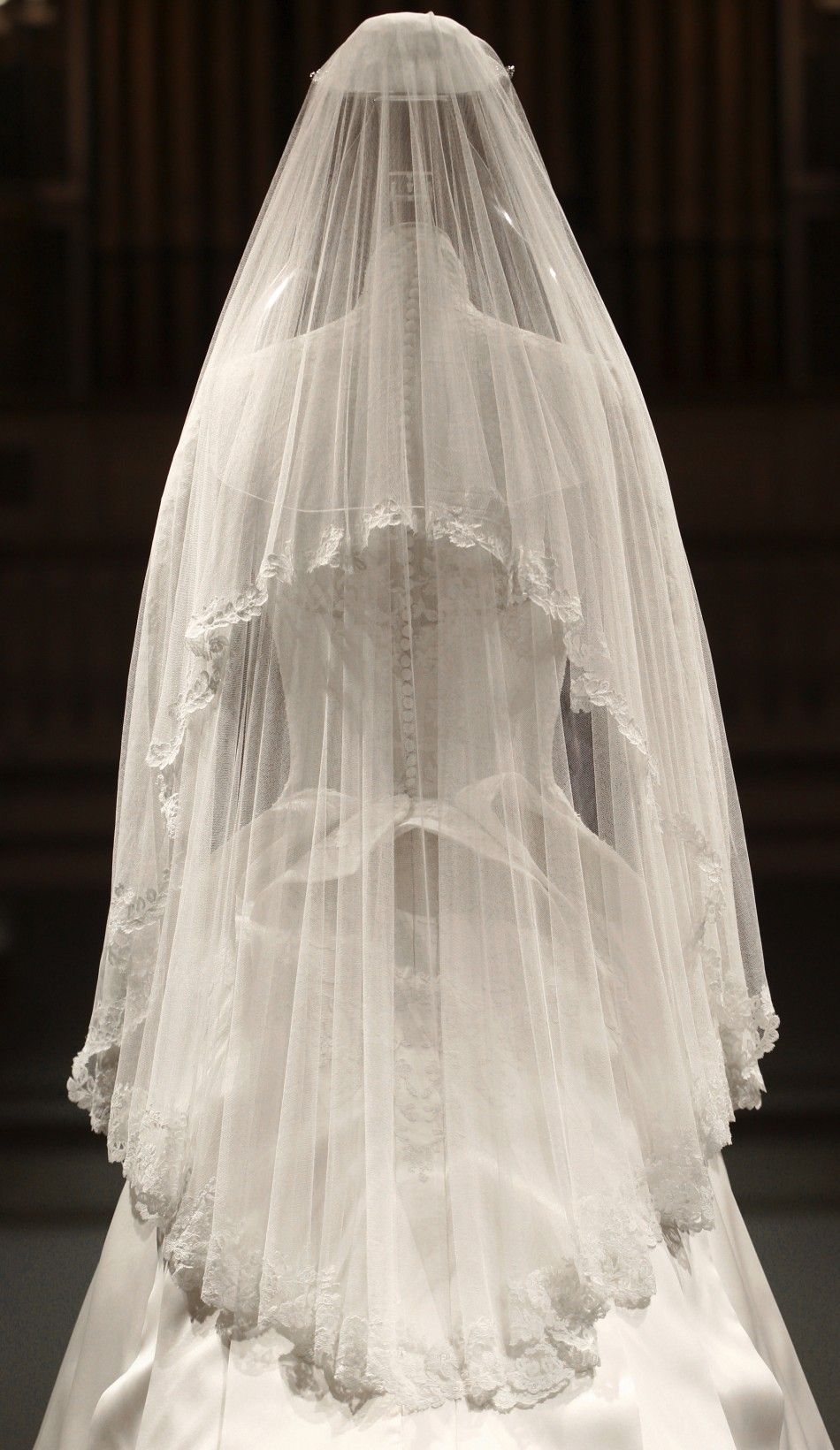 Kate S Dress Exhibited At Buckingham Palace Korolevskie Svadebnye Platya Plate Na Svadbu Svadebnye Platya [ 1640 x 950 Pixel ]