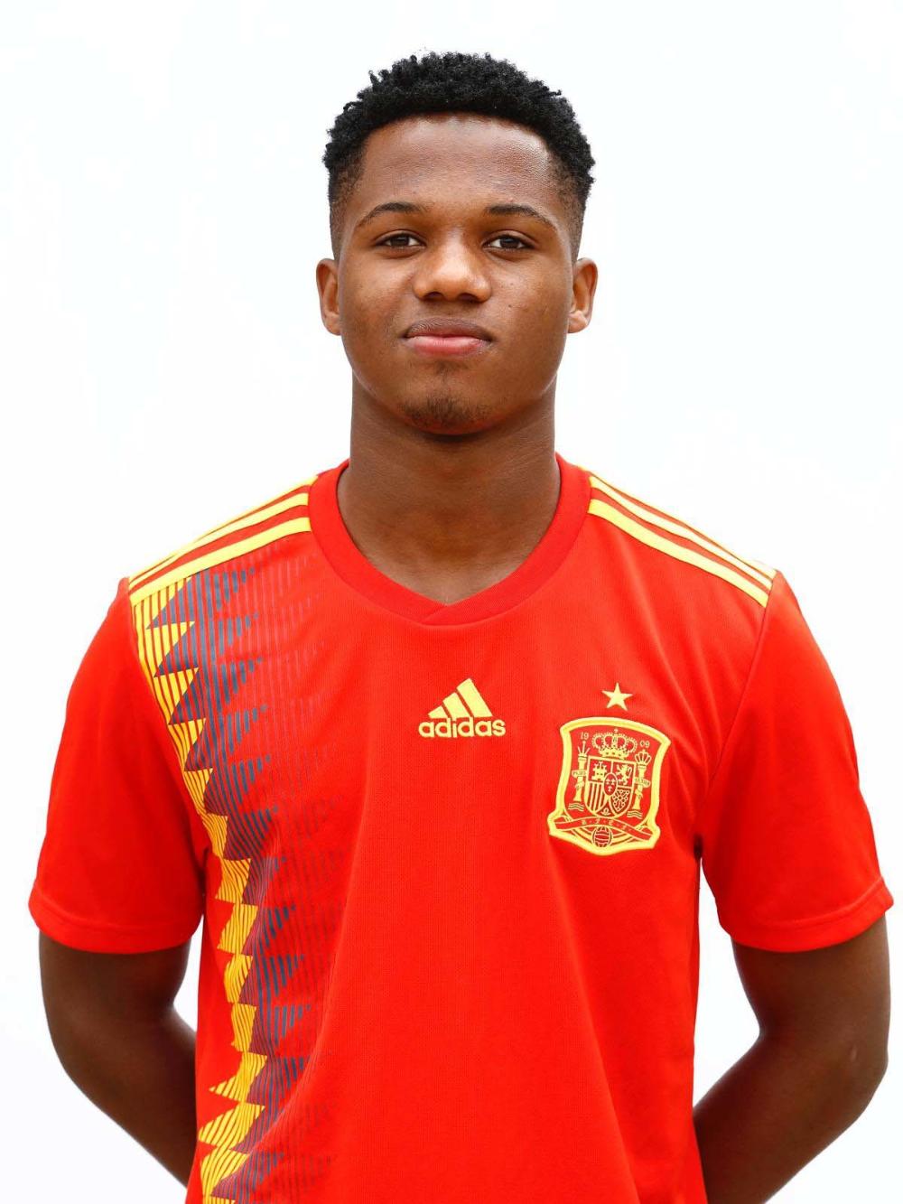 Seleccion Espanola Ansu Fati Ya Posa Con La Camiseta De Espana Marca Com Seleccion Espanola De Futbol Futbol Europeo Futbol