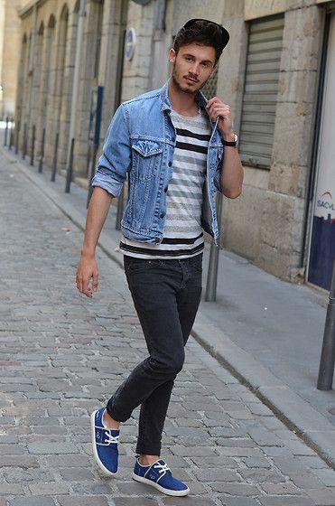 Sneakers en jeans bleu avec intérieur carreaux.