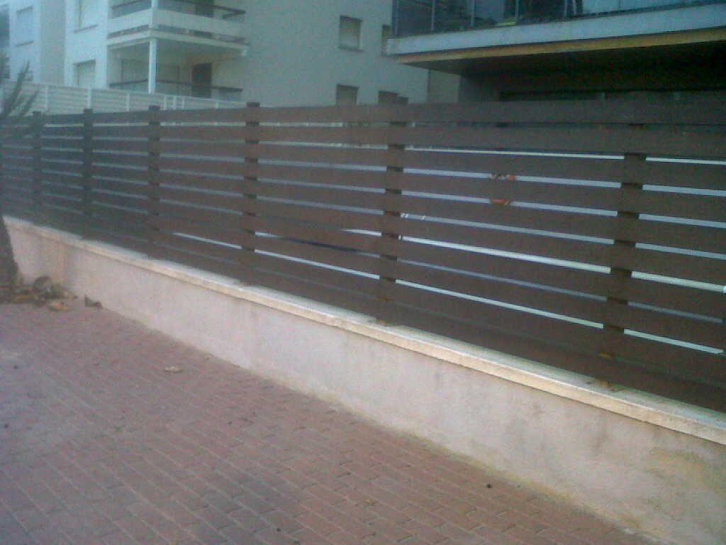 Valla ocultación con lamas horizontales de madera tratada. www ...