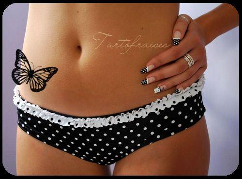 Black and white polka dots for instant happiness.  ---  http://tartofraises.nailblogs.net/nailart/annees30/DSC_010dd0.JPG
