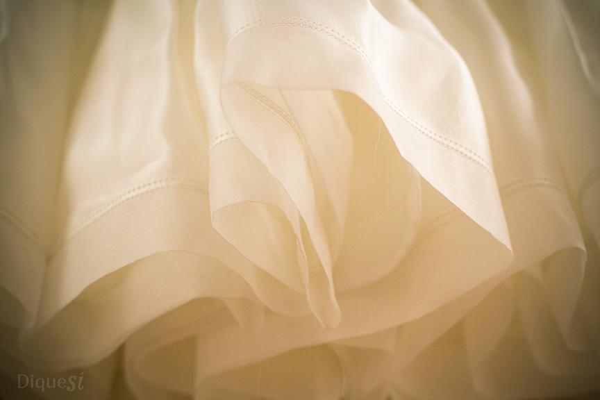 Meses para escogerlo y un día para usarlo. Así es el vestido de una novia. Nosotros recogemos los detalles que sólo tú has vivido para que puedas compartirlos y recordarlos con tus seres queridos.