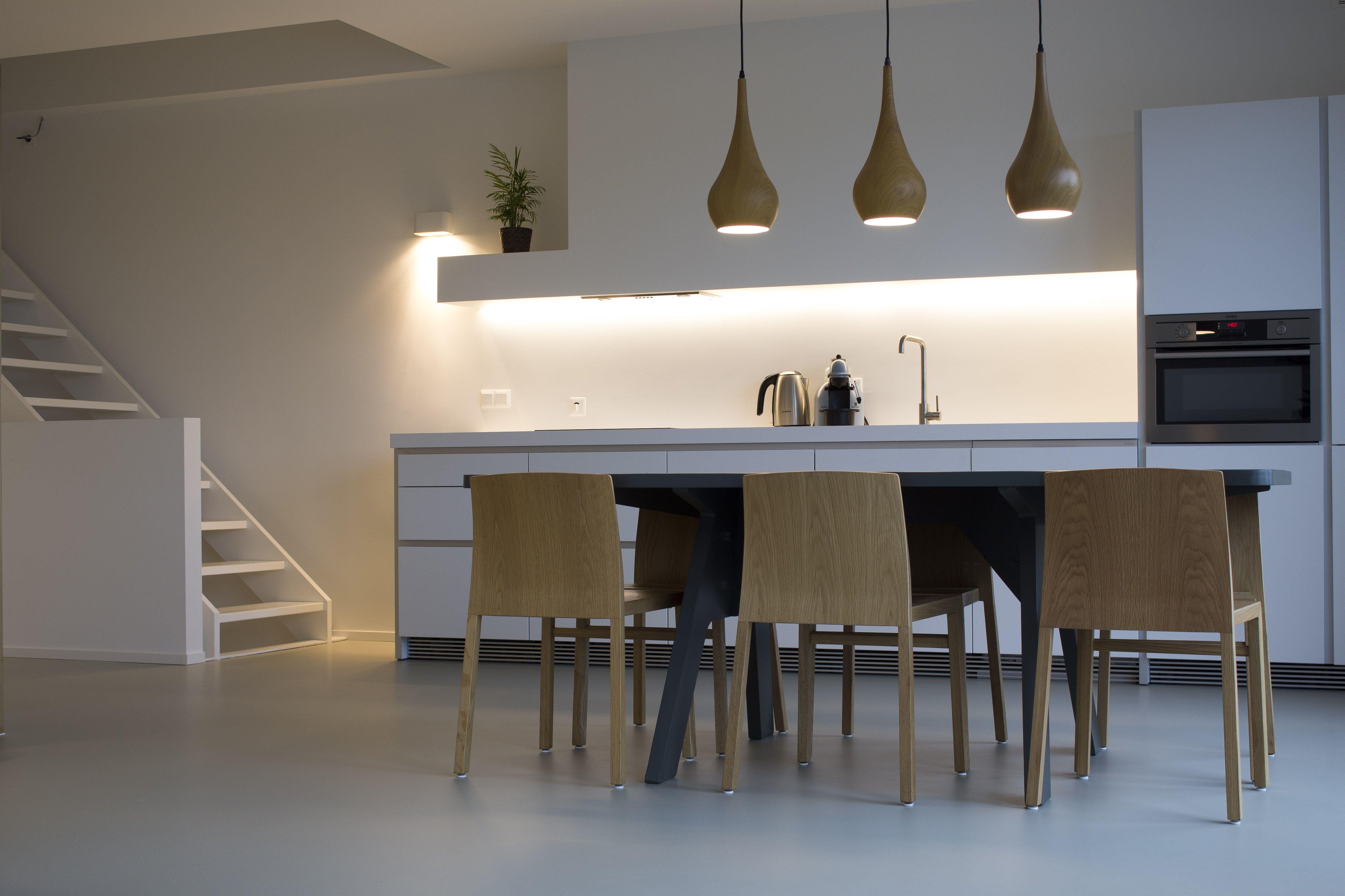Warme betonlook gietvloer in moderne keuken met natuurlijke