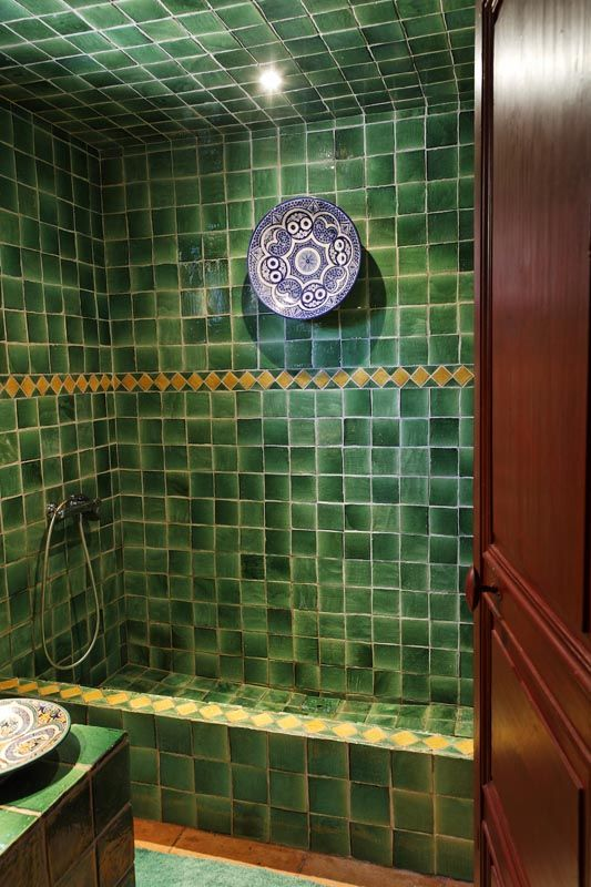 La salle de bain Style Hammam. Poteries marocaines, Vasque et ...