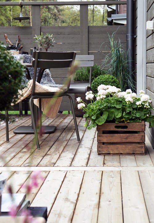 salon de jardin en acier noir + bois au sol et cagettes jardinières ...
