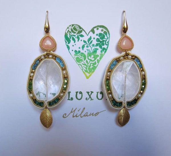 recchini in soutaches,  cristalli di Rocca,  componente foglia dorata  e cuore corallo rosa,  cristalli smeraldo, verdi,  azzurri , pirite e argento  italiano 925.