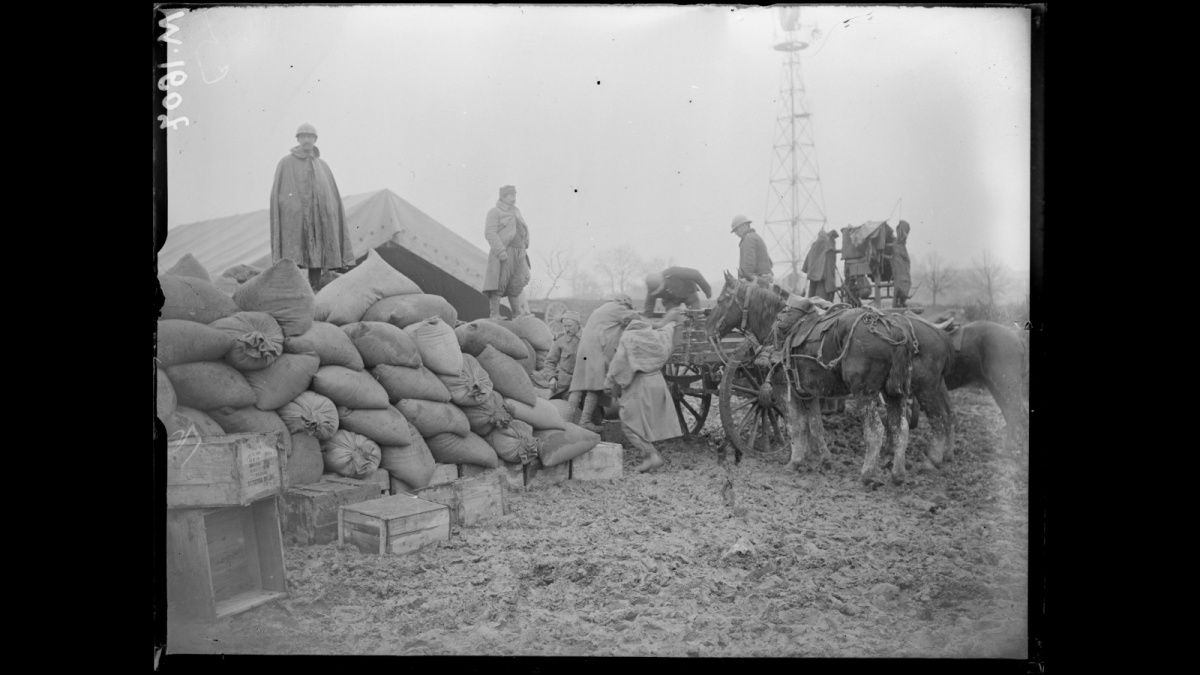Ravitaillement à la gare de Souilly près de Verdun, 03/03/1916 Provisions at the station Souilly near Verdun, 03/03/1916
