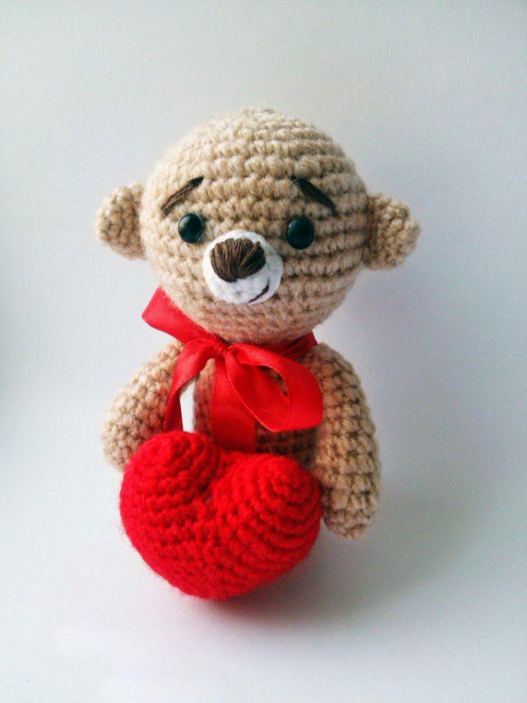 Amigurumi teddy bear with a heart | Teddybär mit herz, Herz häkeln ...