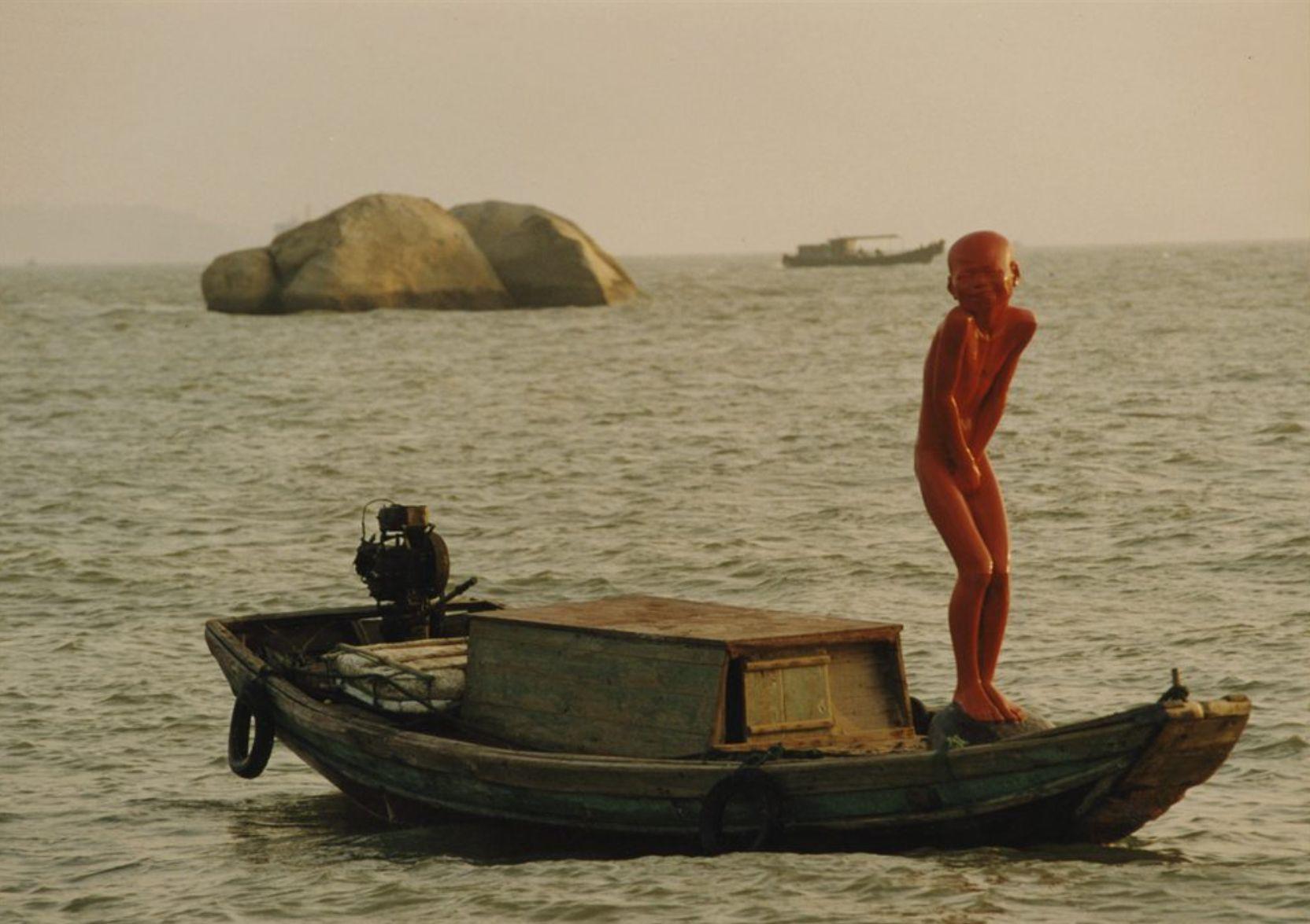 붉은기억-부끄럼타는아이 163x40x38cm유리섬유 강화플라스틱에 착색 2001 모래사장과 배 위에 놓은 천원링의 붉은 작품은 그가 만든 아이들처럼 벌거벗은 채 세상과 만났다.