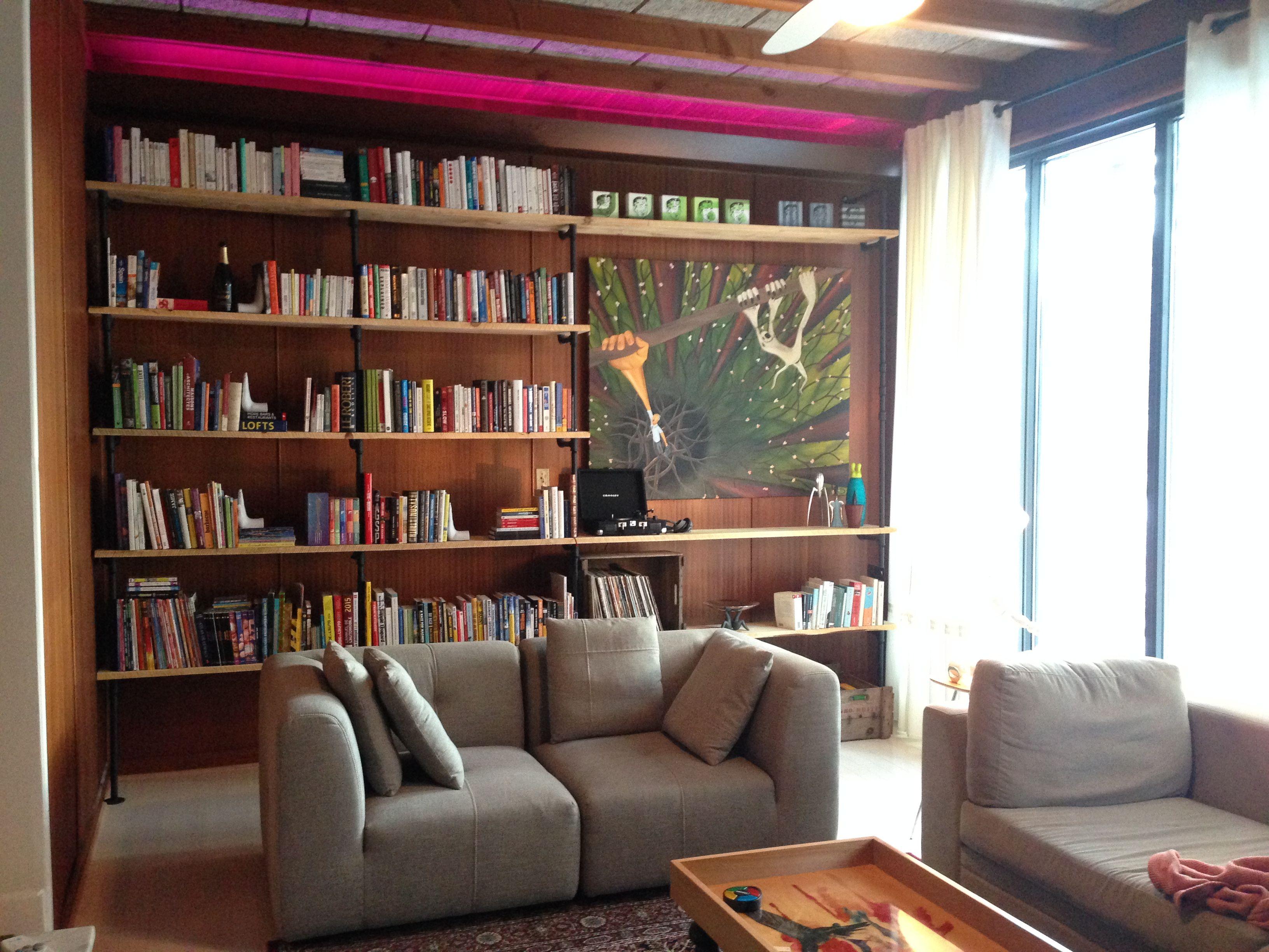 diy library biblioth que fait de tuyaux de plomberie en acier galvanis et de planche de pruche. Black Bedroom Furniture Sets. Home Design Ideas