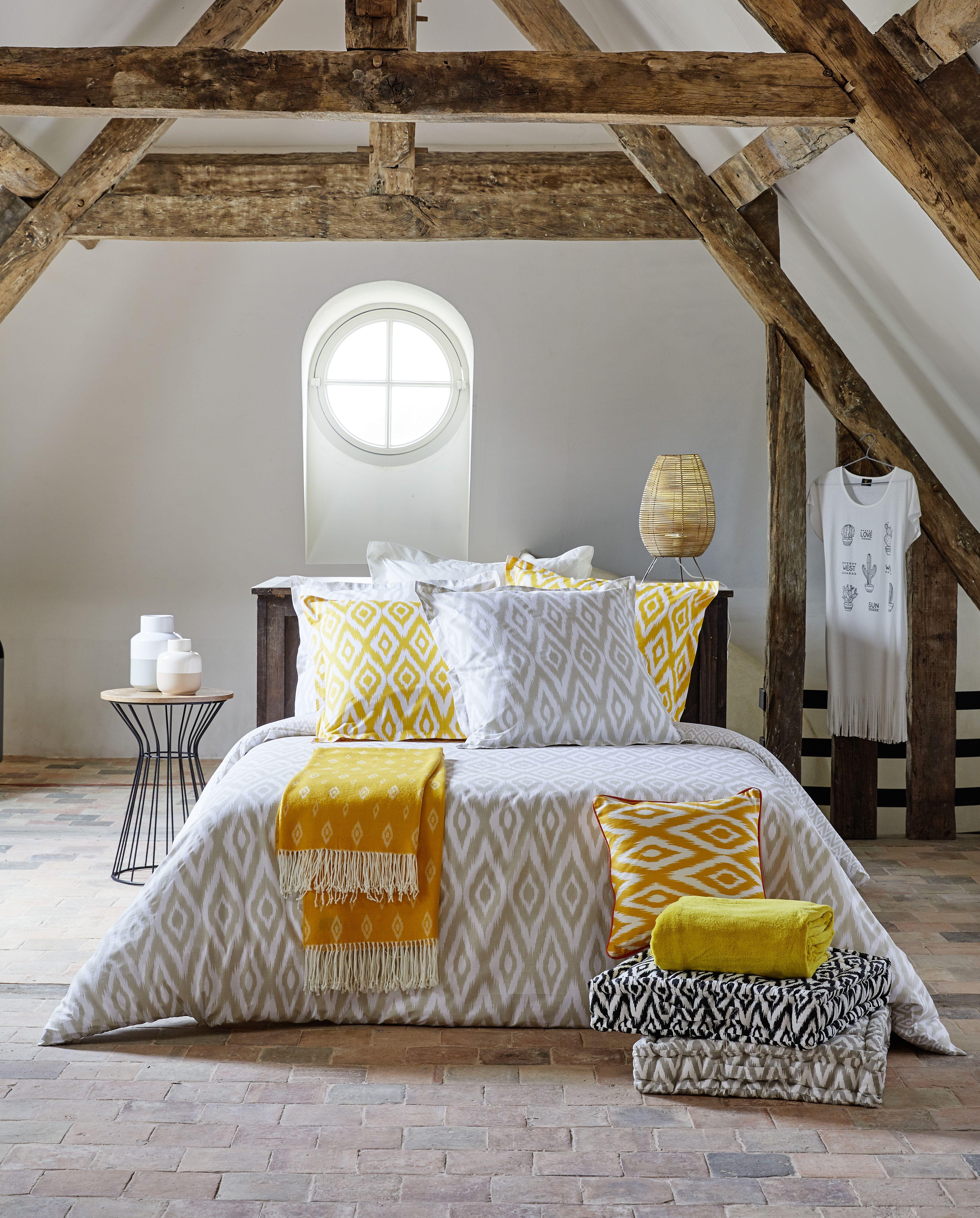 chambre ethnique parure de lit motifs gris et jaune. Black Bedroom Furniture Sets. Home Design Ideas