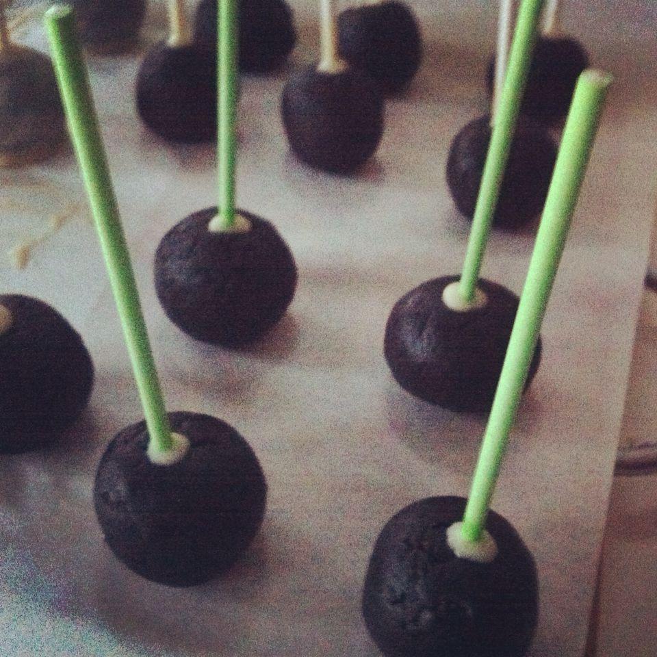 Guten Morgen, ihr Süßen. Heute ging's früh los mit Backen und Verzieren. Die Cake Pops sind bereits fertig, die Schokoladenganache für eine Torte kühlt gerade ab. Es wird herbstlich. :) Seid ihr auch schon wach? #gutenmorgen #schokoladenganache #ganache #ganachedechocolate #cakepops #schokoglasur #torte #beerentorte #eierlikoer #eierlikoerteig #schokobanane #schokobananenlikoer #sweets #sweetsformysweet
