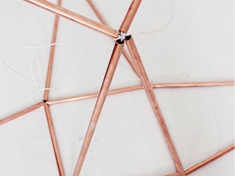 DIY-Anleitung Beistelltisch aus Kupferrohren und Holz selber - nachttisch selber bauen anleitung ideen