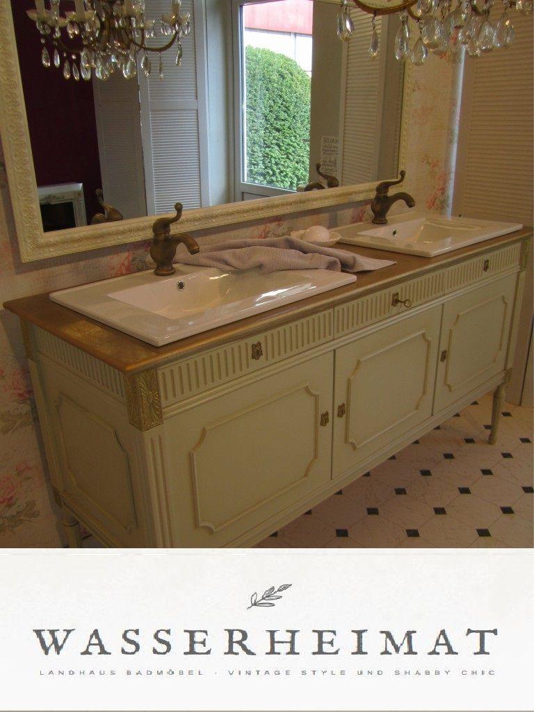 Ein Landhaus Bad mit einem nostalgischen Waschtisch \
