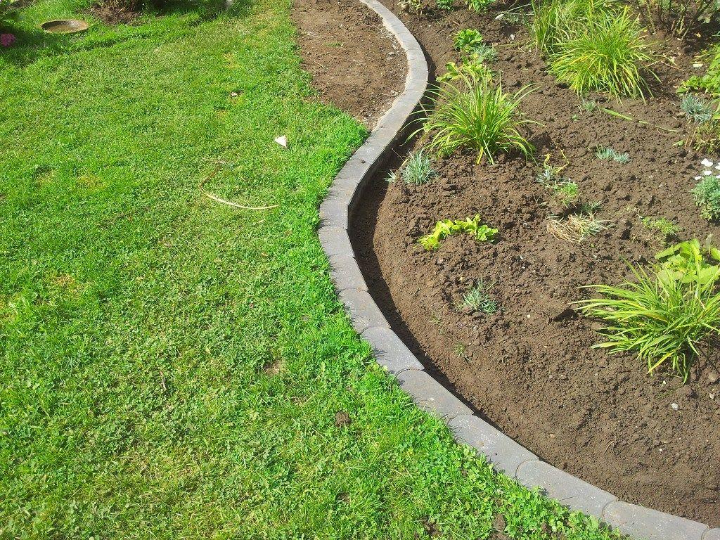 Rasenkantensteine leicht und einfach verlegen / Pflanzbeete anlegen mit Rasenkentensteinen / Rasenkantenstein anlegen / Rasenkante setzen / Rasen Mähkante setzen / My-GardenTime #vorgartenanlegen
