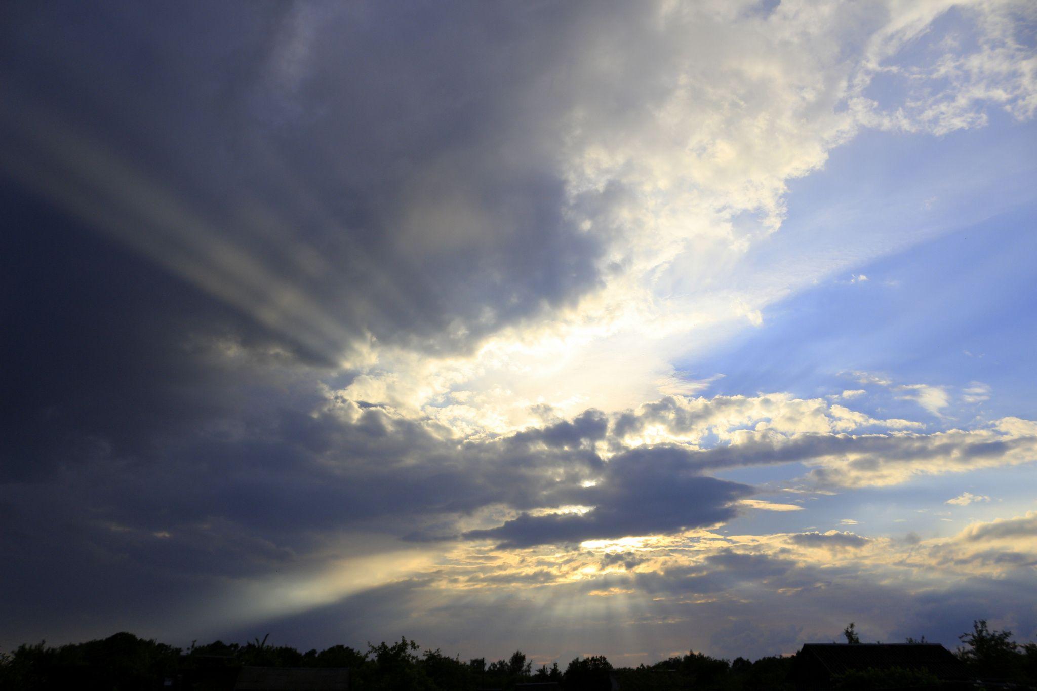 Rain is coming - Tuvu saulrietam lietus mākoņu vāli veļas.