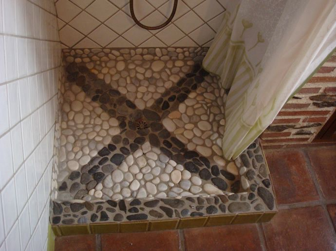 Stoned shower floor a good massage for your feet while for Duchas rusticas piedra