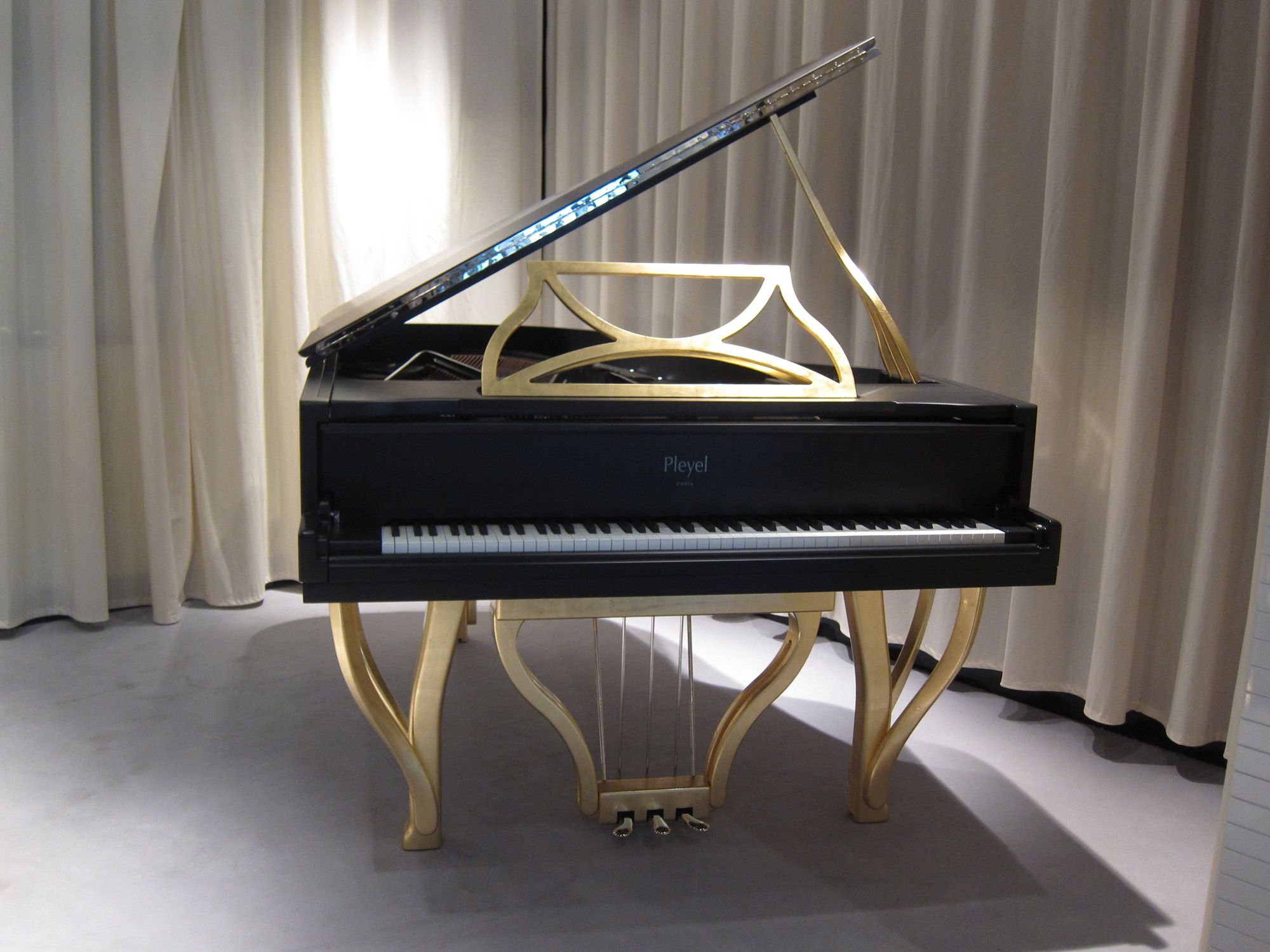 Vue De Face Du Piano Pleyel Lirico Noir Mat Et Or Design By Michele De Lucchi