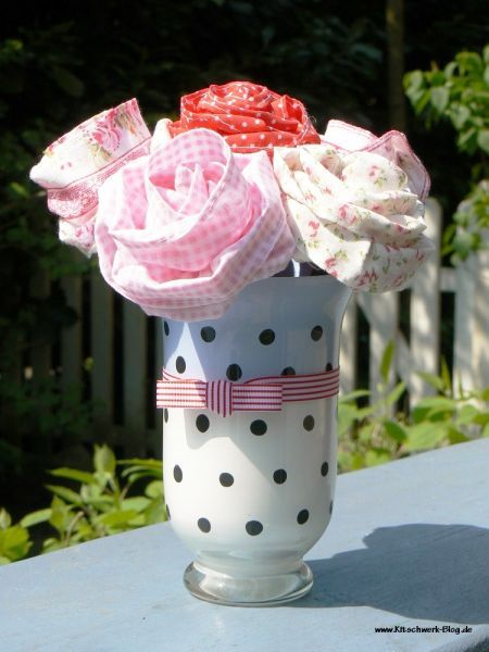 Hier findet ihr eine Gratis-Anleitung: Aus alt mach älter ;-) Wie aus einer ungeliebten Glasvase eine 50`er Jahre Vase entsteht...