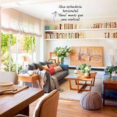 Salón comedor con sofás enfrentados grises, mesa de centro, alfombra ...