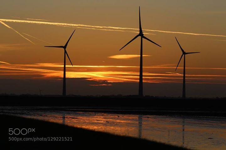 Ein goldener Herbst in Holland 5.... http://ift.tt/1MknPdB AbendrotHollandSonnenuntergangWindenergieWindkraftWindmühlen
