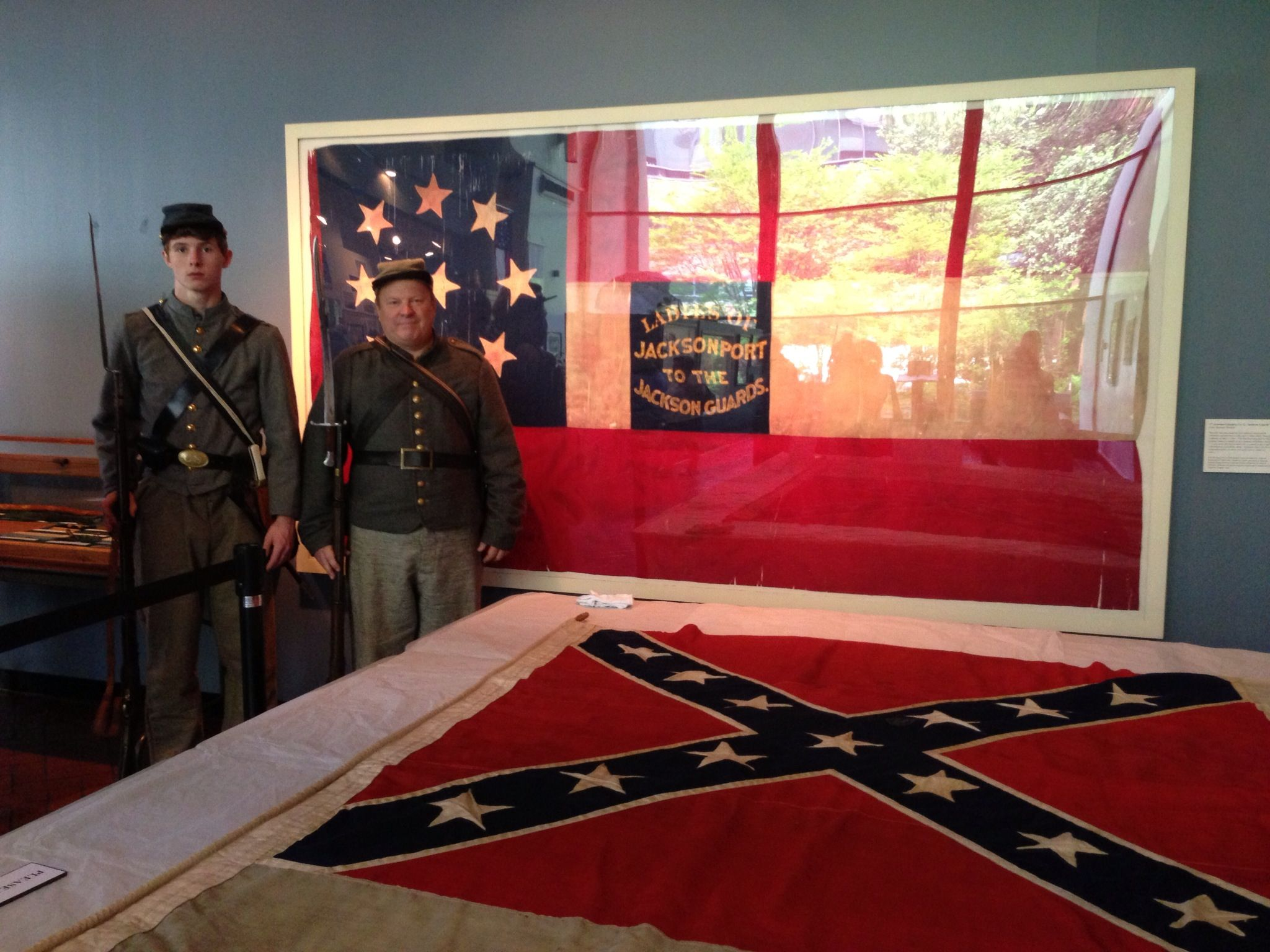 Guarding Stone Wall Jackson S Burial Flag At The Museum Of The Confederacy In Richmond Virginia Civil War Reenacting Civil War Flags Civil War Confederate